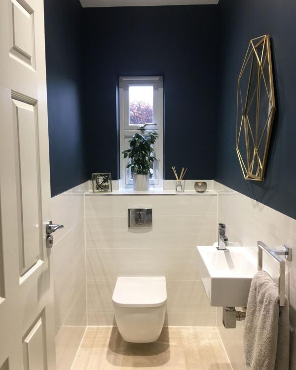 modern blauw toilet met gouden spiegel en witte onderrand