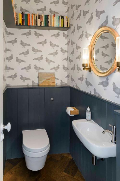 blauw landelijk toilet met behang van duiven