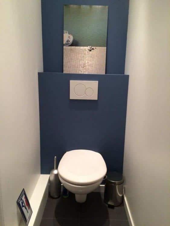 modern blauw toilet met witte muren en hangend wc pot