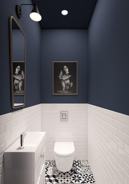 modern blauw toilet met witte rand en patroon tegels op de vloer
