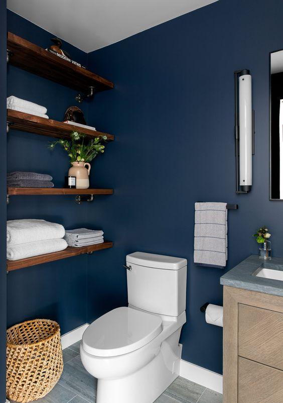modern blauw toilet met muurplanken voor handdoeken