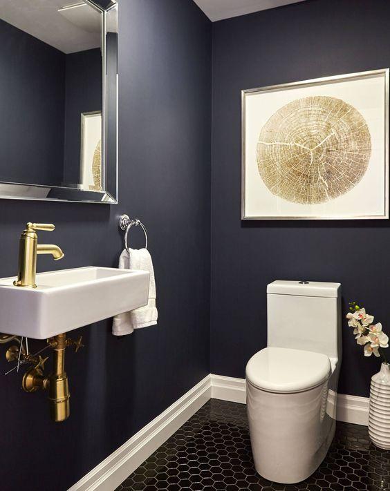 modern blauw toilet met gouden kraan en fotolijst