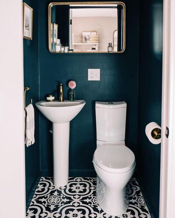 modern blauw toilet met hoge wastafel en grote spiegel