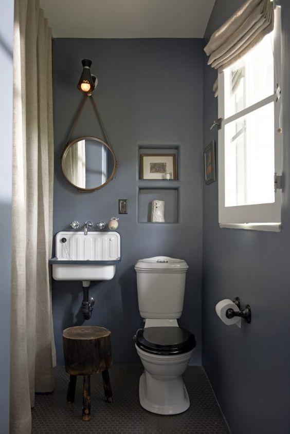 pastel blauw modern landelijk toilet met oude toilet meubels