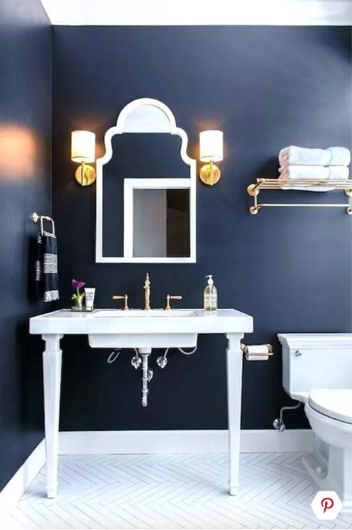 blauw modern landelijk toilet met witte wastafel en vloer