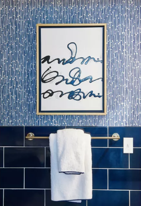 modern blauw toilet met gouden acessoires en handdoekrek