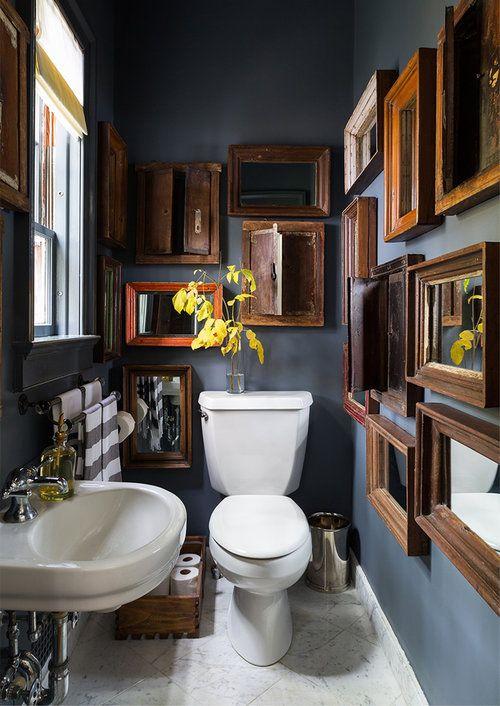 blauw modern landelijk toilet met veel fotolijstjes en kunst aan de muur