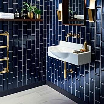 modern blauw toilet met gouden accessoires