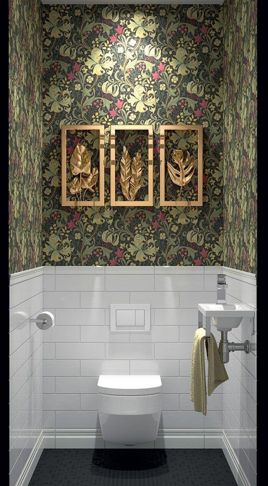 groen toilet ideeën met behang gouden accessoires en fotolijstjes op de muur