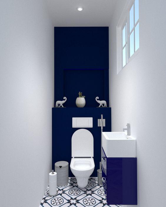 modern blauw toilet met witte wanden en blauw met wit wastafel