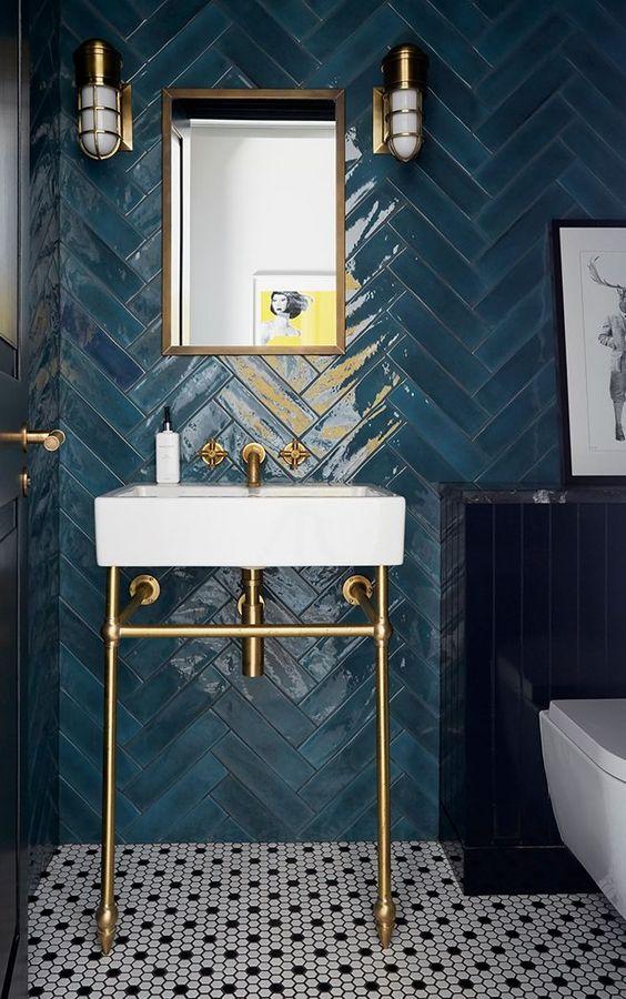 modern blauw toilet met hoogglans visgraad tegels