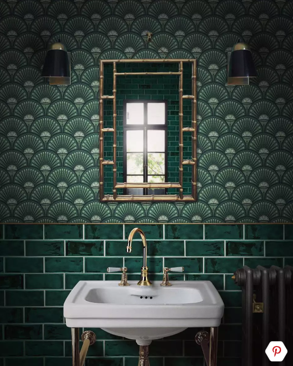 groen toilet ideeën met gouden accessoires en spiegel op de muur