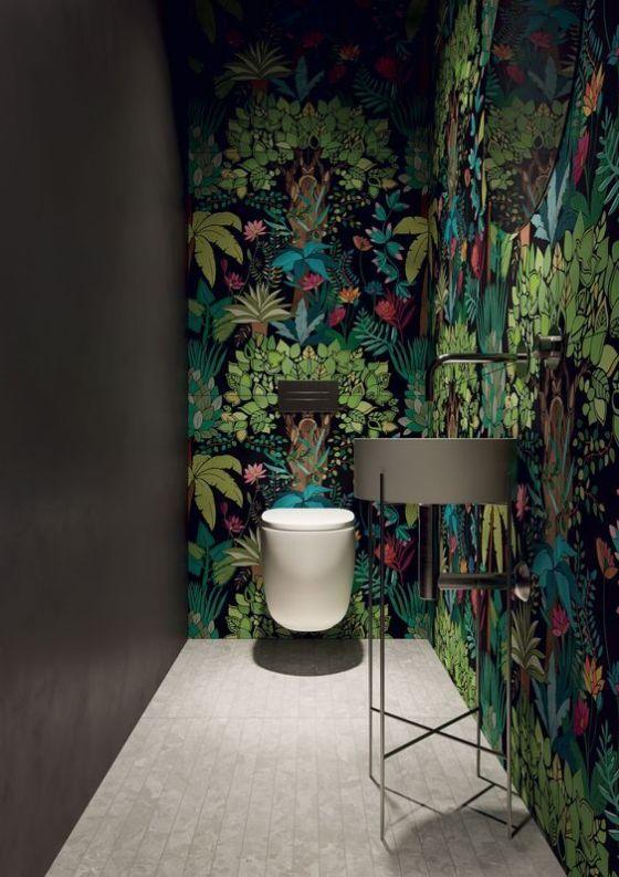 groen toilet behang van planten en moderne straande ronde wasbak