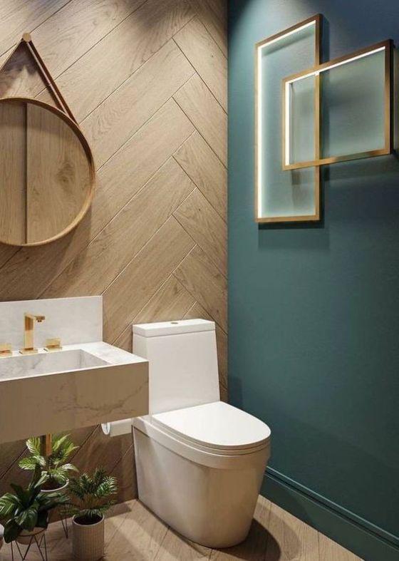 modern groen toilet met parket houten muur van visgraad