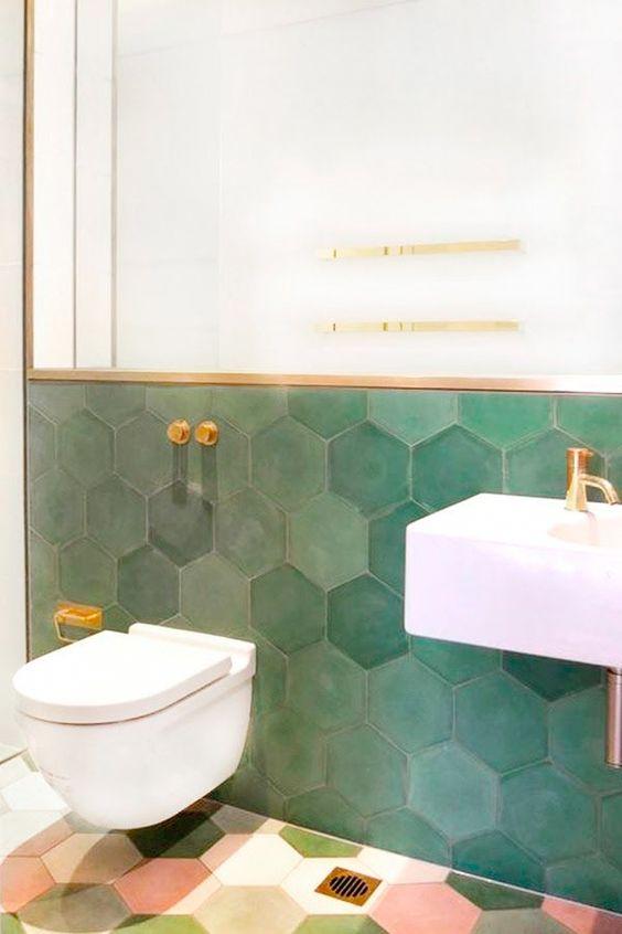 modern groen toilet met zeshoekige hexagon tegels met gouden kraan en accessoires
