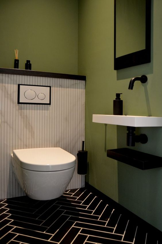 modern olijf groen toilet met zwarte kraan en wastafel