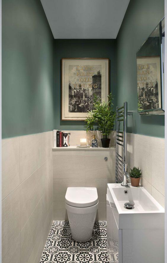 modern pastel groen toilet met lichtgrijze tegels