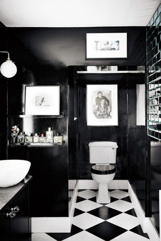 volledig zwart/wit wc met fotolijstjes en zwart wc bril