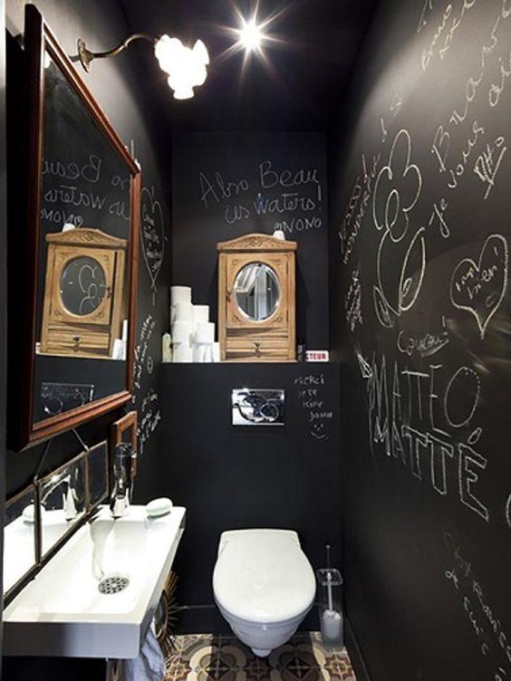 wc met krijtverf en teksten