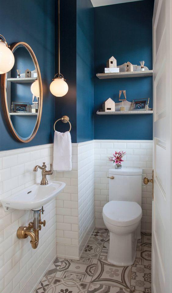 blauw modern landelijk toilet met witte wand en wandplanken