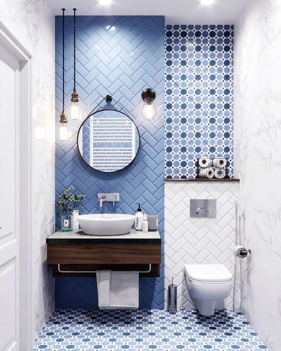 modern blauw toilet met visgraad tegels