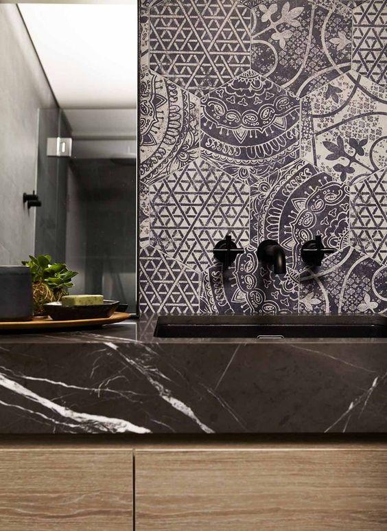 zwarte marmer wastafel en zeshoekige toilettegles met patroon