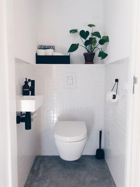 modern wit toilet idee met zwarte accessoires en kleine tegels