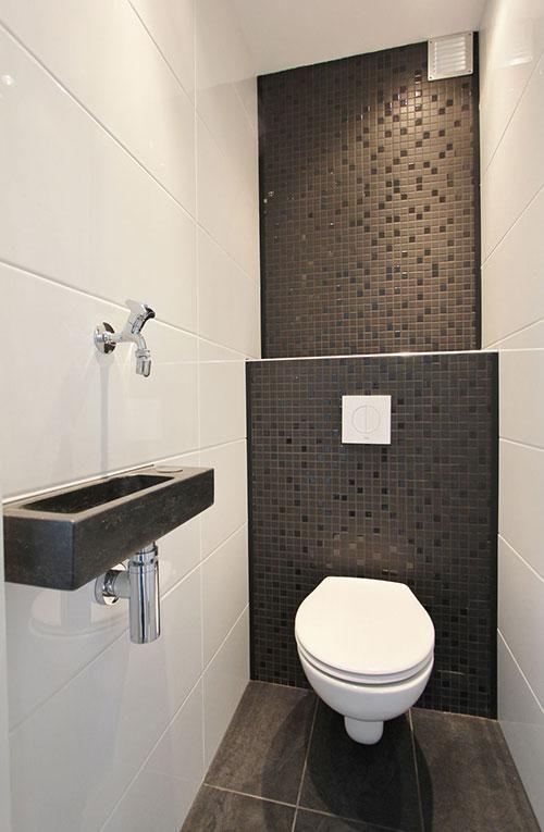 modern zwart wit toilet met strakke tegels