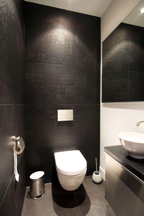 grote tegels met patroon en wit zwevend wc