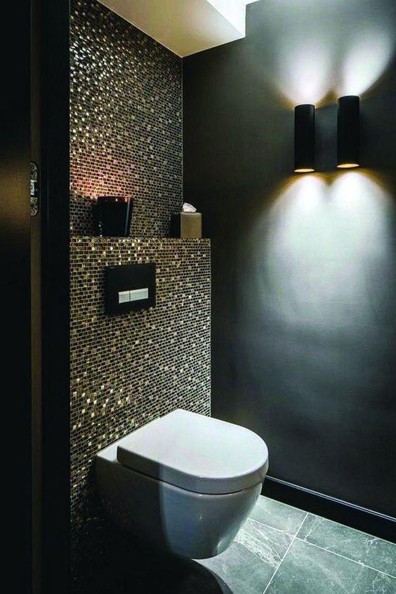 wc ontwerp met mozaic teges en spots op de muur