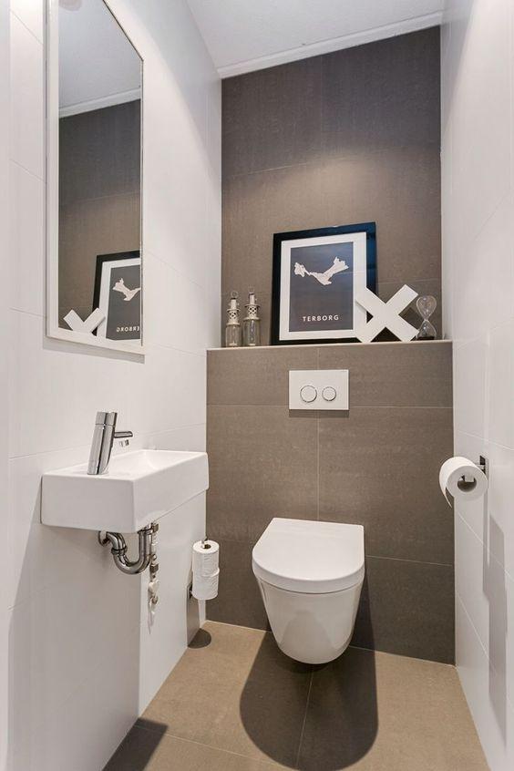 modern landelijk wit toilet idee met witte muren en beige tegels