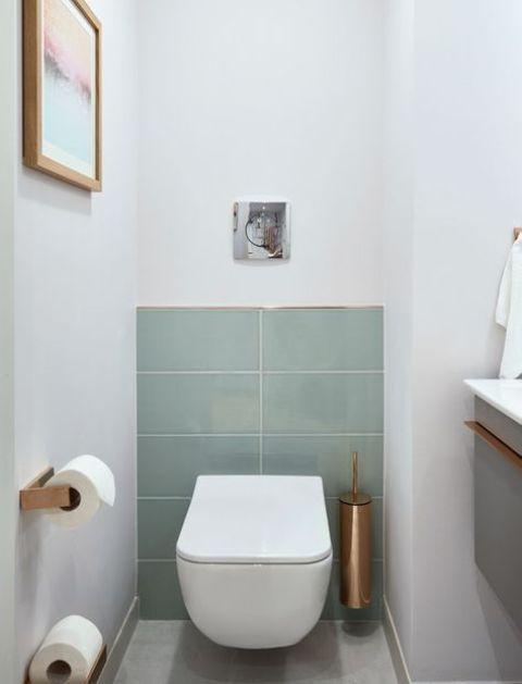 wit toilet idee met scandinavisch ontwerp en pastel groene tegels