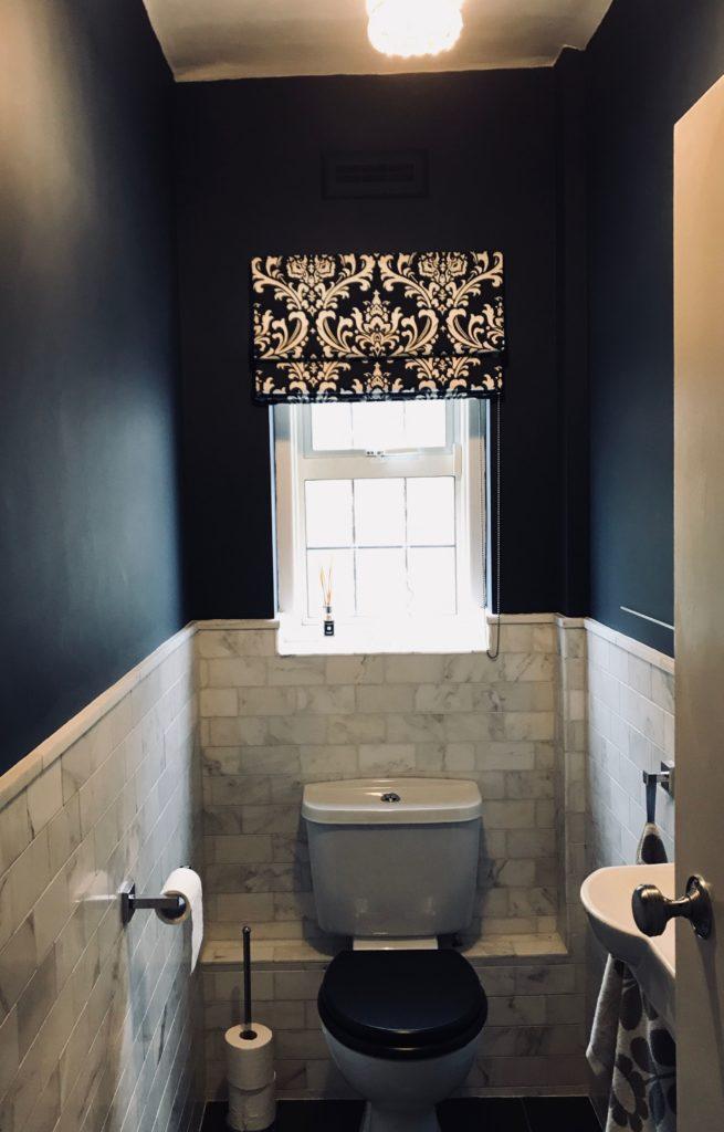 blauw modern landelijk toilet met lichtgrijze tegels
