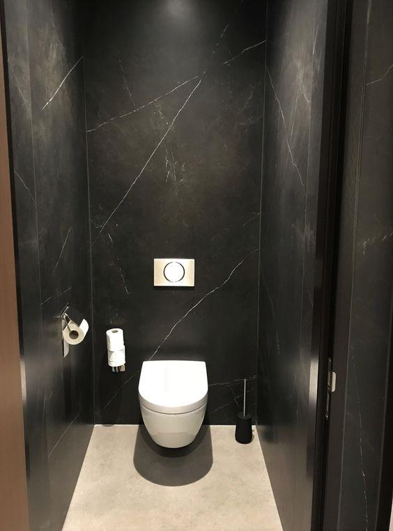 grote natuurstenen tegels en wit zweven wc