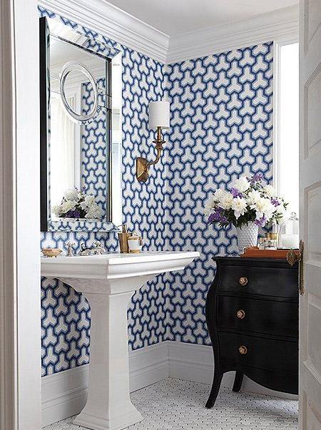 wit modern landelijk toilet met behang met blauwe patroon