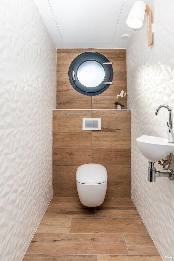 wc met stenen tegels met houtlook