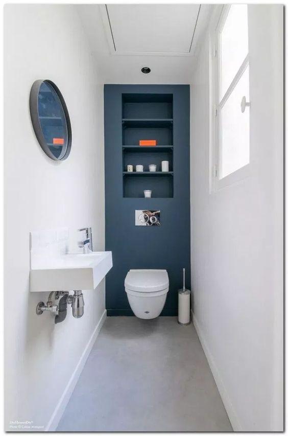 modern blauw toilet met witte wanden en hangende wc