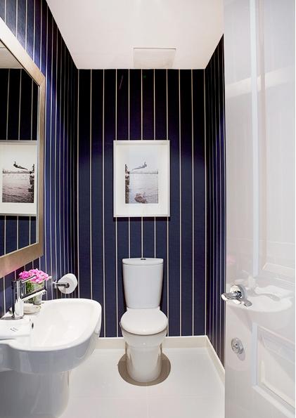 wit wc met blauwe muren en gouden accessoires