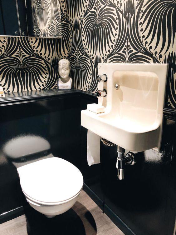 wc met behang en witte accesoires