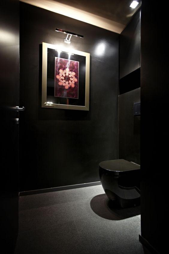 zwarte toilet met gouden fotolijst