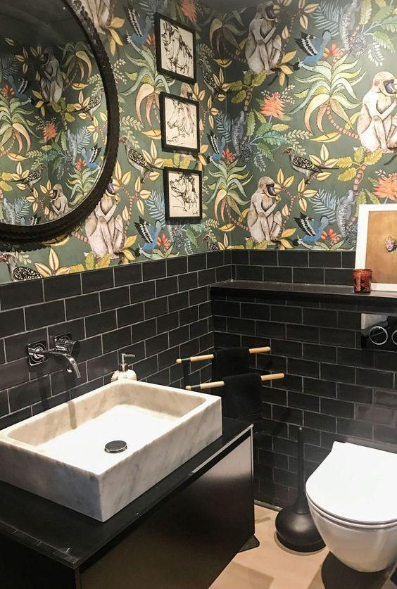 zwart toilet met groen behang van planten en apen