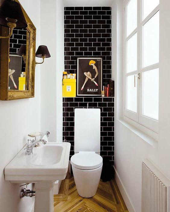 Kleine landelijke wc met witte wastafle en design pot
