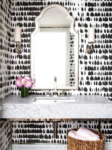 marokkaanse spiegel met lichtgrijze marmer wastafel
