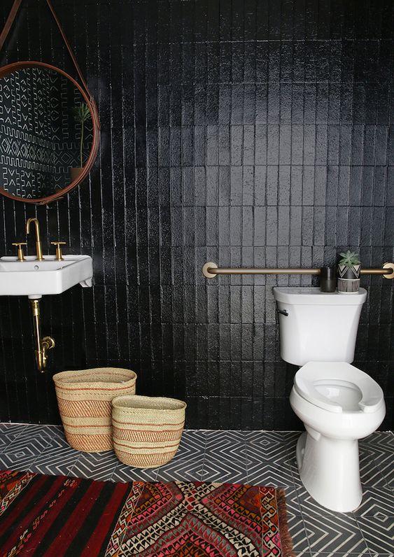 rechthoekige toilettegels met wit wastafel en wc