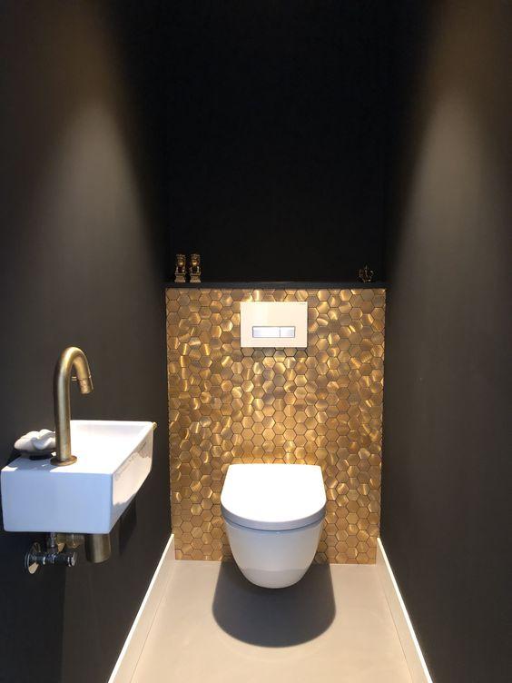donkere wanden met gouden waterlast en wit zwevend wc