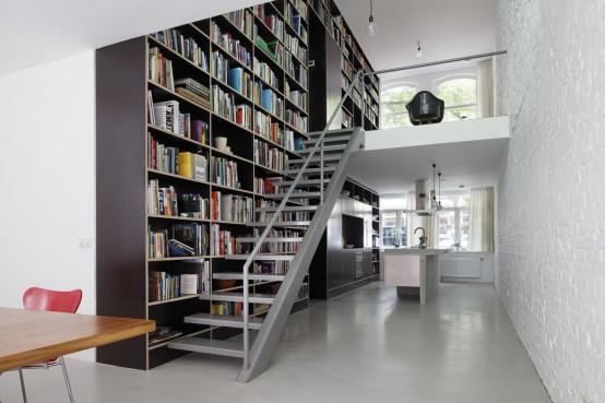 boekenkast langs trap met donkere kast