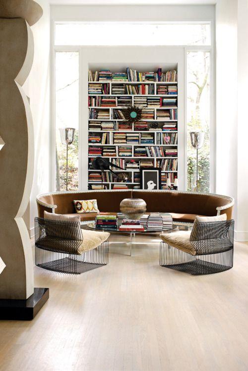 boekenkast idee in klassieke woning met ronde bank voor kast