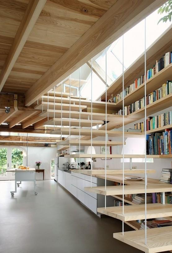 boekenkast langs trap met muurplanken