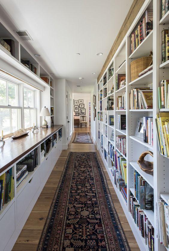boekenkast idee in klassieke woning langs wand