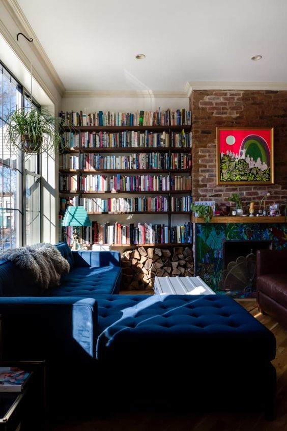 boekenkast idee in klassieke woning met bank voor kast